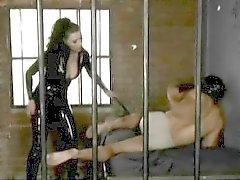 Delicious Anastasia Pierce cede a la tentación y domina a un chico