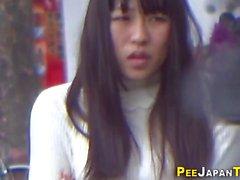 Japanilaiset tytöt joutuvat kuvaamaan pissingin julkisessa vessassa