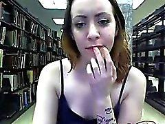 Горячий зрелая телка с приятными flases тела и задиры при публичная библиотека