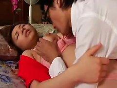 Söpö aasialainen tyttö valkoisissa pikkuhousuissa sormellaan hänen pillua