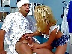 Hot медсестрой приобретает сперма в жопе