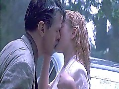 Drew Barrymore решений с парня на капоте автомобиля