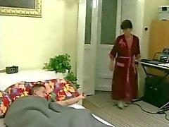 Maduras dona a vovó acorda sua jovem locatário com fodendo