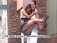 Emily ve Danielle sevimli lezbiyen kamu yanıp sönen göğüsleri teenages