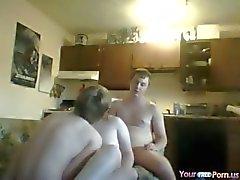 Adolescente Nympho Satisfaz dois machos Amigos
