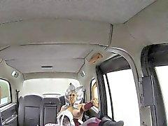 Naamioituneen lutka nai taksinkuljettajaa