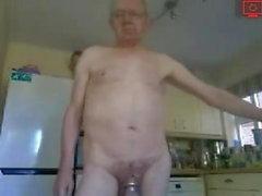 Opa in der Küche