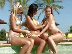 Sensuell brunett och blont lesbiska slickar och FINGRANDE mesar i en tre sätt lesbisk orgie