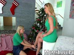 Лесбийская мама и милая падчерица вздохнули в рождественский день