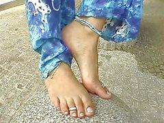 Sklavin zeigt ihren nackten Füße .