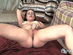 Femme brune souples Lou doigté sa foufe rasée