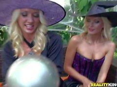 Geile blonde babes Molly und Jana stark spielen
