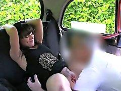 Slutty любительские трахал заднем сиденье в замен на более тарифу
