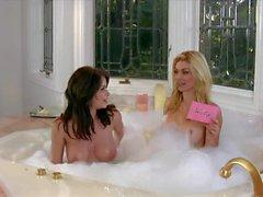 Emily'nin Addison banyo küvetli görüşmesi