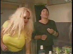 Busty blond Pamela Peaks tar på två bi killar och dildos en åsna