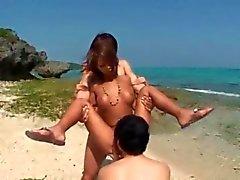 Banging auf dem Strand mit mit zwei Männer