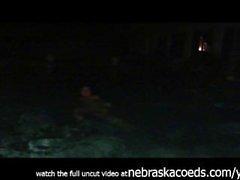 Masturbando junto à piscina em meus amigos quintal
