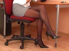 Сексуальный секретарю в черных колготках