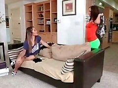 Tytöt tribbin sohvalla