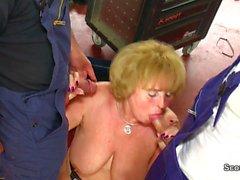 Geile Mutter wird von jungem Mann in der Werkstatt gefickt