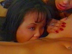Lesbisk Strapon orgie Latina asiatiska och Blondinen ANAL !