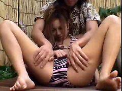 Söt tjej är a massör att smeka sin kropp samt behagar sin