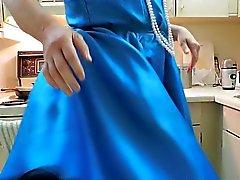 Weichei Strahl im blauen Kleid und Schwarz Unterkleid Küche