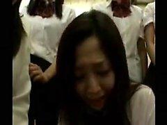 meninas japonesas sedutoras que trabalham as suas mãos e os lábios em um