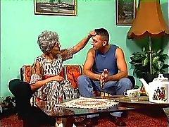 A avó de óculos e seu jovem garanhão