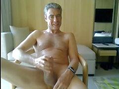papá masturbándose en su habitación de hotel