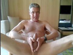 isä nykiminen pois hänen hotellihuoneessa