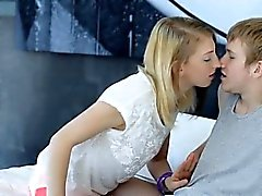 Волосатая блондинку подросток Linda S наполненным и Jizzed на ее тело