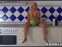 Krakenhot obediente esposa follando en la cocina parte 2