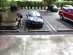 Blond Dirne vertreibt ihr Auto und schlug im Pfandhaus