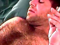 Reife behaarte dude Sam Solo spielt vor einem schönen Schwanz lutscht