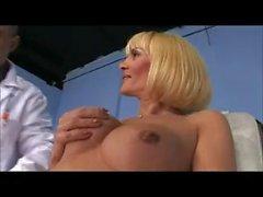 жестокой задницы ебет в блондинку
