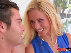Busty MILF, çiftlere biraz oral seks öğretiyor