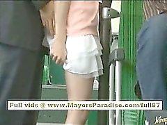 De Miho Maeshima da menina chinesa recebe uma cargas porra em seus óculos