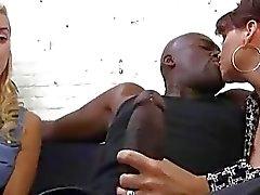 Janet Mason krijgt creampied door een zwarte kerel