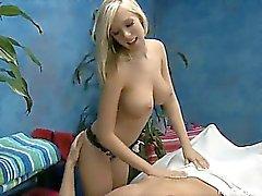 Terapeuta de masaje Britney B da un pequeño a más de masaje de