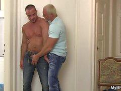 Brutal namorado gay fodendo-o por trás