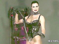Senhora Hot deixa escravos a cum embora nos pulsos amarrados
