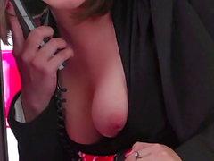 Sexo lésbico durante una llamada telefónica.