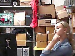 adolescente ladrón de tiendas folla un guardia de seguridad para evitar la policía