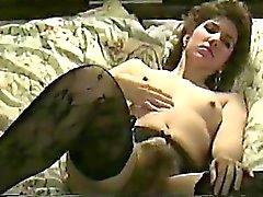 Femme brune éblouissante en bas noirs obtient pilée dur