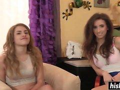 Les filles du collège jouissent d'une action lesbienne