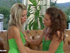 Sapphic Erotica üzerinde Brandy ve Dominika ile lezbiyen bir şekilde sevişmek