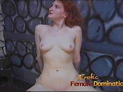 Karhea dominatrix on hänen hauskaa luiseva vaalean orjatyttö