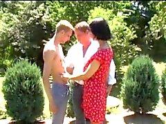 mari et la femme n'ont pas à son fils au jardin