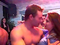 Wacky Mädchen bekommen ganz wild und nackt bei Hardcore-Party